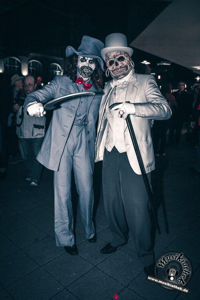 Sugar Skull mit Anzug und Zylinder. Ein paar schaurige Kostüm und Makeup Ideen für Halloween oder Karneval gefällig? Willkommen in der Grusel Abteilung. Einige der besten Horror Kostüme und Makeups findet ihr auf der Website :) #zombie #horrormakeup #karneval #halloween #halloweencostume #halloweenmakeup #karnevalskostüm