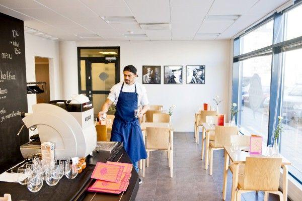 Eder aloittaa lounasvalmistelut jo aamuvarhaisella, sillä pilkkomista riittää. Kuvat: TS/Lennart Holmberg