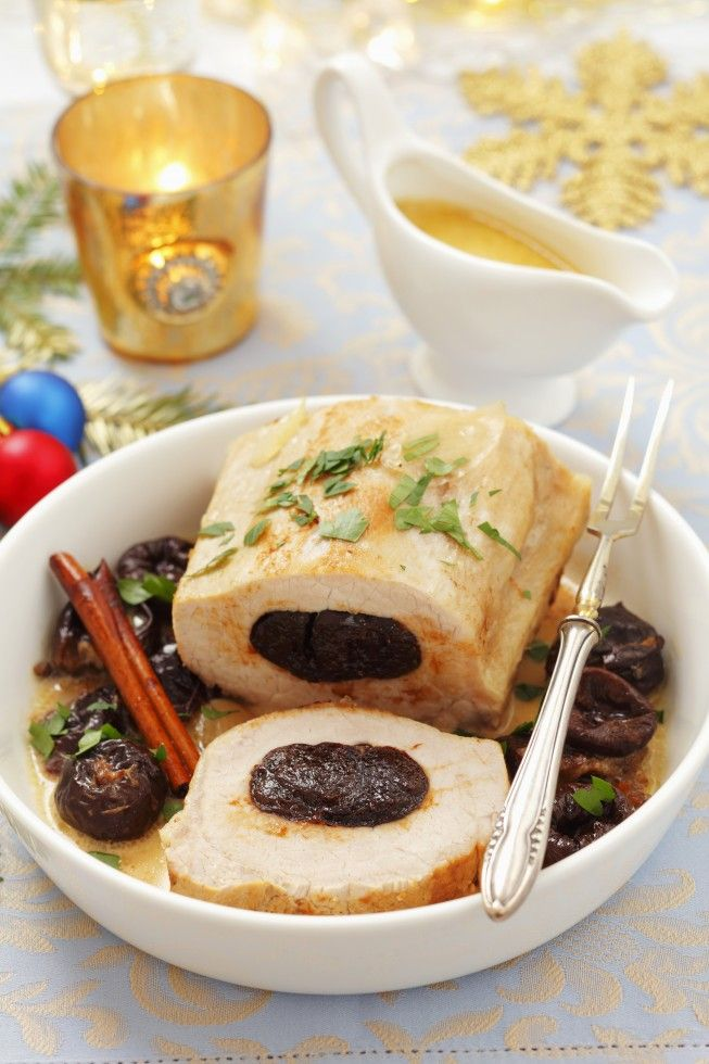 L'arrosto alle prugne è un secondo piatto che unisce il gusto delicato della carne di maiale al sapore dolce delle prugne e del marsala: ecco la ricetta.