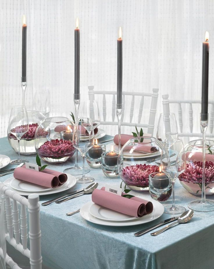 Simple Kugelvasen mit schwimmenden Bl ten sind die perfekte Tischdekoration Seerosenlandschaft f r Hochzeit am See eine