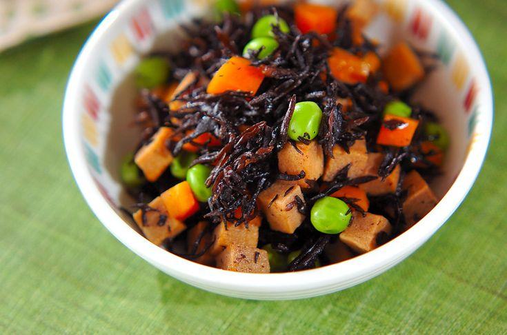 コロコロと小さく切ったニンジン、高野豆腐が食べやすい!ヒジキと高野豆腐の煮物[和食/煮もの]2010.04.26公開のレシピです。