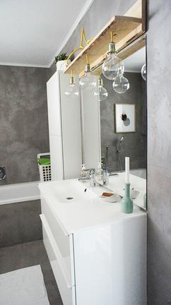 grijs marmerstuc in de badkamer. Product versterkt met kunsthars geschikt voor in badkamers. Kan over bestaande tegels heen aangebracht worden. Geinteresseerd in de mogelijkheden? neem contact op met Stucamor