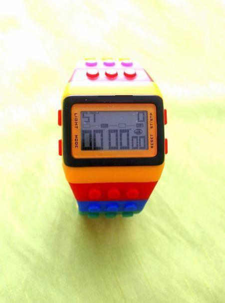 witzige multi Funktions- Digitaluhr aus Silikon, Sportuhr diese Uhr macht Lust auf Sommer und Farbe... Das weiche Silikonband erinnert uns doch an das Spielzeug unserer Kindheit, oder? Hier ist eine aufwendige Digitaluhr mit vielen Funktionen verarbeitet. Bandlänge :23,5 cm Bandbreite: 20 cm Uhrdicke : 1cm 3ATM wasserresistent Sie kann von Damen und Herren getragen werden, eben eine grössere,sportliche Uhr.