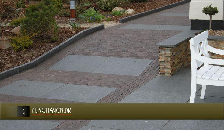 Coatede betonfliser som fortov, indkørsel og belægning i udendørs ...