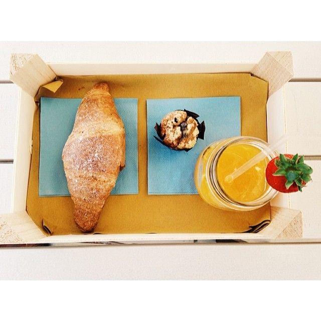 Brioche ai multi #cereali e miele, mini #muffin con yogurt bianco e cuore caldo di frutti di bosco e una spremuta d'arancia e #pompelmo rosa #gnamgnam la #colazione del #bagnorosa22