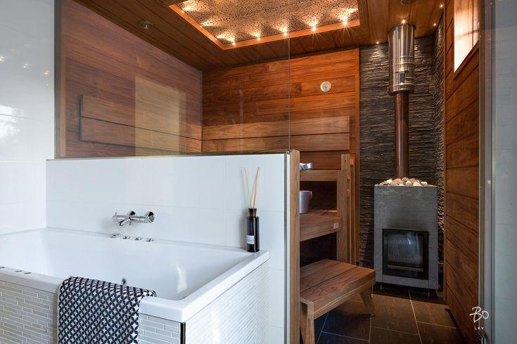 Lasiseinän avulla saa tehtyä saunaosastosta avaramman. Saunan hieno kattovalaistus viimeistelee tyylikkään ilmeen.