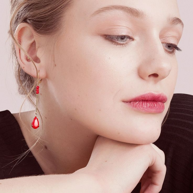 Everybody needs red earrings, especially those ones. 👌