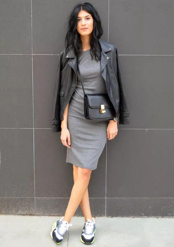 Tenis + Vestido cinza + Jaqueta de Couro