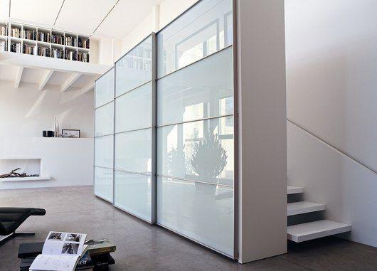 biała nowoczesna szafa przy schodach duża