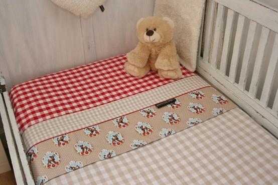 Ledikantlaken voor een baby meisje of jongen met hertjes in beige licht blauw en rood