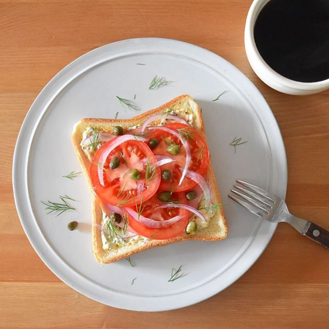 寝足りないのか、起きたときから娘がべったりで、自分の朝ごはんは食パンだけで精一杯。休日で急ぐ必要もないからいいんだけど。 マヨマスタードを塗って、ハムとトマトと玉ねぎのせただけ。食べにくそうに見えるけど、真ん中でわしっと折ってかぶりつけばいいから、きれいなサンドイッチ作るよりかなり楽ちん。