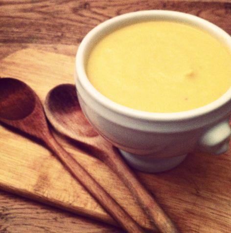 Sopa de coliflor y queso (o cómo hacer que tus hijos coman coliflor) - Esta es otra de las perlas de libro de Jamie Oliver: Escuela de cocina. Voy probando recetas y he de reconocer que el libro está muy, pero que muy bien. Esta da resultado fantástico.
