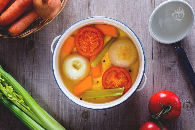 Il brodo vegetale è una ricetta di base per insaporire innumerevoli preparazioni come i risotti, le minestre, le vellutate e le carni a lunga cottura.