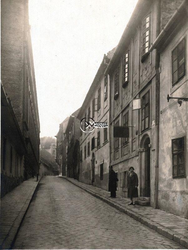 A Szalag utca a 18-20 számú háztól, 1925 körül  (Erdélyi Mór felvétele, BTM Kiscelli Múzeum Fényképgyűjtemény)