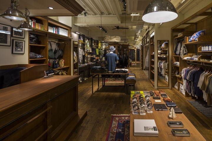 Узнаваемый промышленный дизайн магазинов одежды Ciaopanic