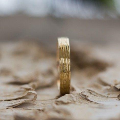 Alliance homme en or jaune avec texture écorce d'arbre (nervures), fabriquée en France (Paris), en or éthique et équitable ou bien recyclé. Paulette à Bicyclette, joaillerie éthique
