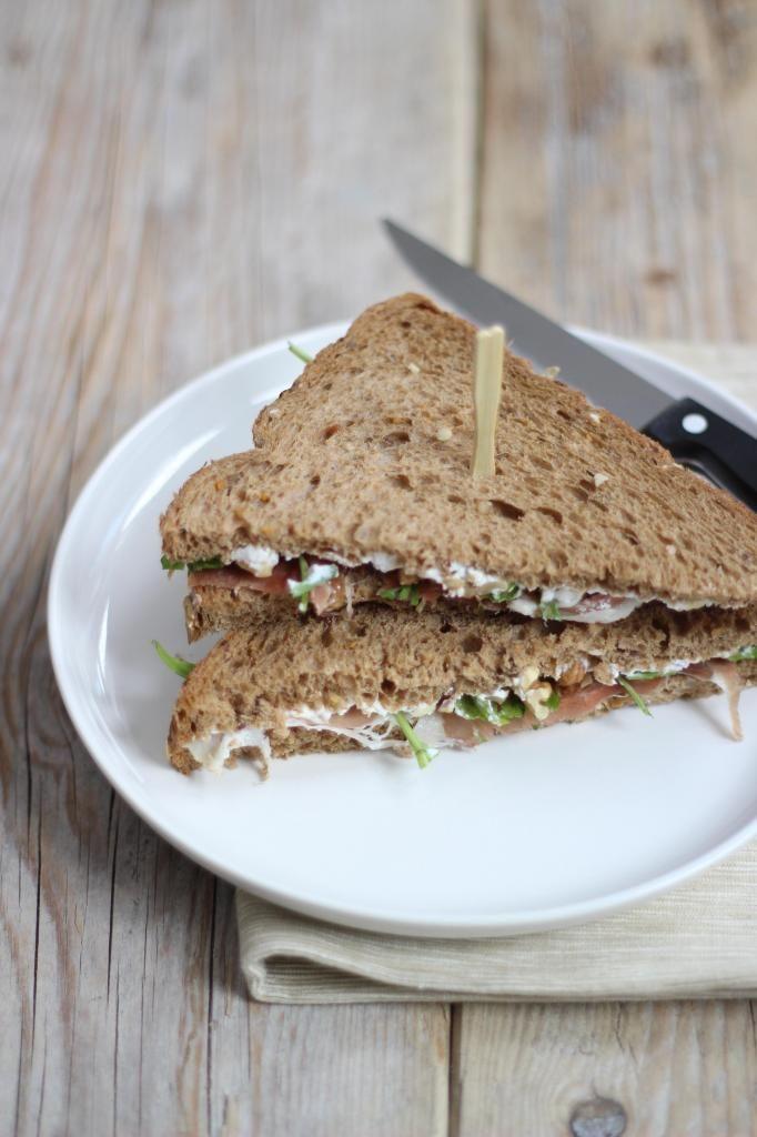 Luxe sandwich met oa geitenkaas, honing en rucola - Lekker en Simpel