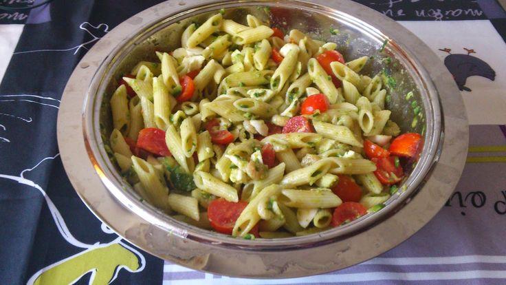 Insalata di pasta fredda con gamberetti, zucchine, pomodorini e mozzarelle