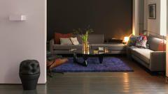 Decore paredes escuras de uma sala de estar com um violeta bem claro.