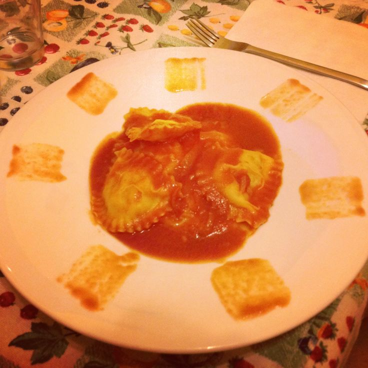 Stasera vi consiglio: Ravioli con gamberi e polpa di granchio in salsa di pomodoro allo zenzero :-) :-) :-) :-) :-)