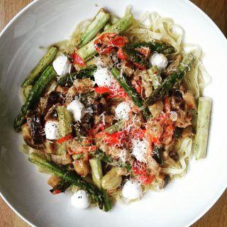 Pasta med asparges, aubergine og tomater