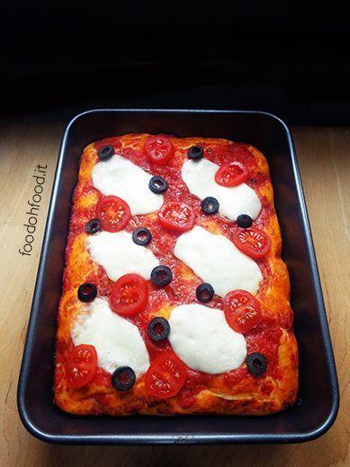 Pizza alta e soffice. Una ricetta semplice per fare la pizza super soffice e alta in casa.