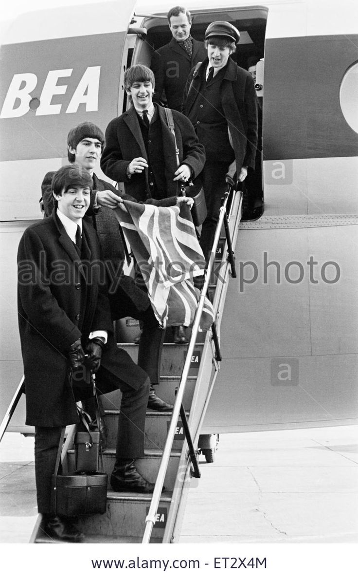 """...Брайан Эпштейн в аэропорту """"Heathrow"""" перед отлётом в США (г.Лондон, 7 февраля 1964 года)"""