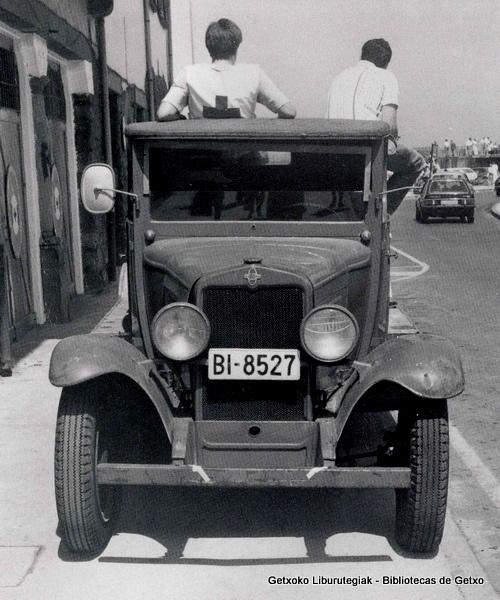 Camioneta Chevrolet de salvamento de la Cruz Roja del Mar, en el muelle de Arriluze (ref. 00417)