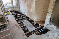 Deze vloer kan ECHT NIET MEER! Hier komt vloerisolatie, want een groot deel van de energie vloeit weg via (ongeïsoleerde) kruipruimtes