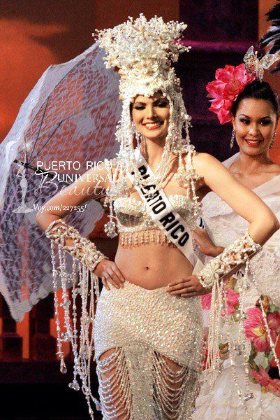 Miss Puerto Rico Universe 2005, Cynthia Olavarría. Traje típico inspirado en las salinas, en una fantasía llamada La Diosa de La Sal.