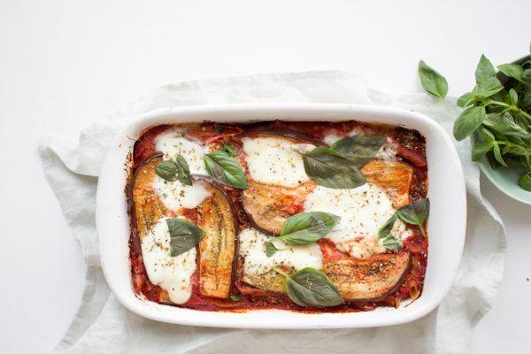Deze ovenschotel met pasta, tomatensaus, gegrilde aubergine, mozzarella en basilicum is een lekker warm comfort gerecht. Makkelijk en snel gemaakt.