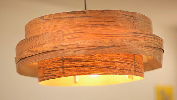 Der Nature-Look ist sehr beliebt und liegt zur Zeit voll im Trend. Martina Lammel zeigt, wie Sie aus Holzfurnier einen tollen Lampenschirm ganz einfach selber machen können.