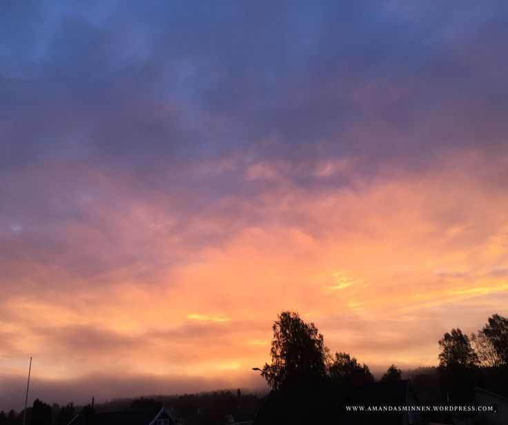 Solen kysser världen och en gnista tänds. Jag tänker på dig ser du också på himlen? Hör du också elden spraka? Andas du också tysta vågor som ger liv åt ditt hjärta vågor so…