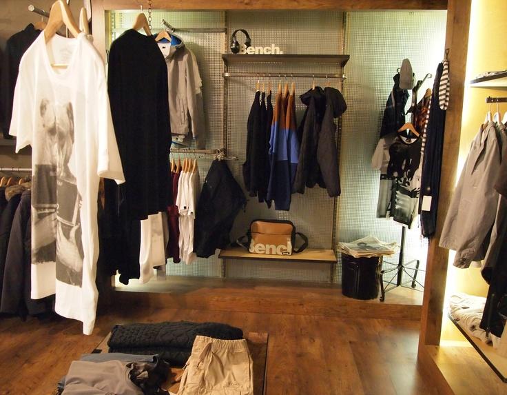 Tyylikkäitä vaatteita, tyylikkäästi esillä. Studio 25, Trion 2. krs.