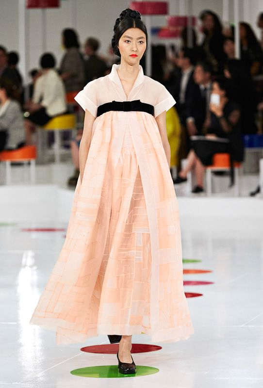 シャネルが韓国の民族衣装を再考 モダンな現代服に Chanel Cruise 2016 Seoul