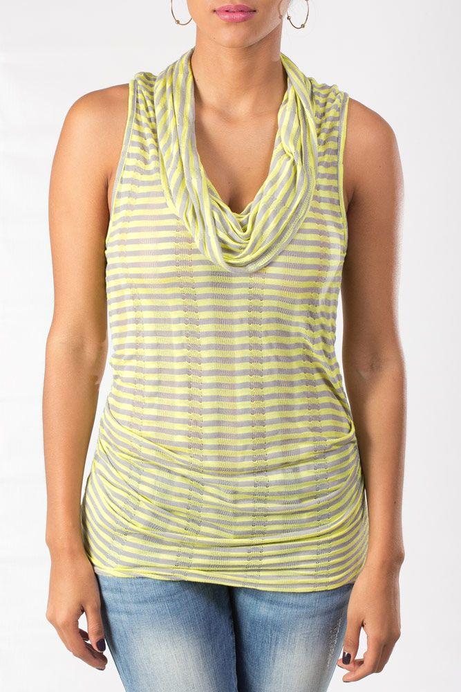 Blusa rayada sin mangas con cuello de tortuga con una fresca combinación de amarillo y gris.