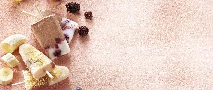 Yoghurtijs chocolade-vanille met bramen product foto