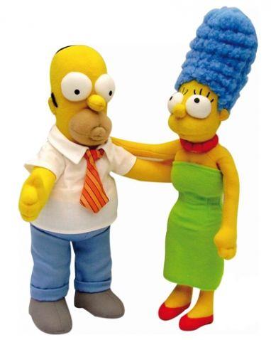 The Simpsons - Homer & Marge, zvuková. Oblíbené postavy ze seriálu Simpsonovi. Marge a Homer jsou svoji již déle než 20 let a stále se mají rádi. Tyto dvě plyšové postavičky jsou k sobě přišité rukami a když se políbí, tak se ozve zvuk polibku. Končetiny mají lehce vyztužené, takže si stále zachovají tvar.