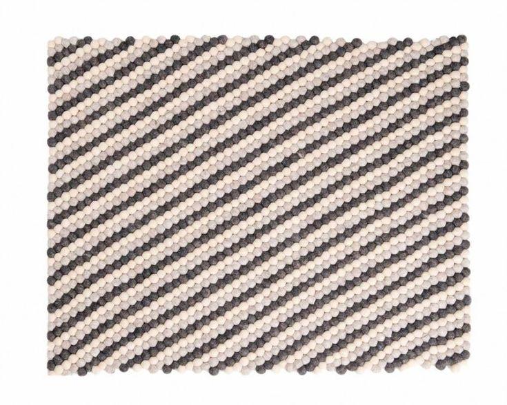 Voici le modèle Deevyah: un tapis de boules strié de tons neutres allant du crème au brun, pour un look très épuré, design et minimaliste, à retrouver en plus de 9 formats différents, dès 260€ sur www.sukhi.fr