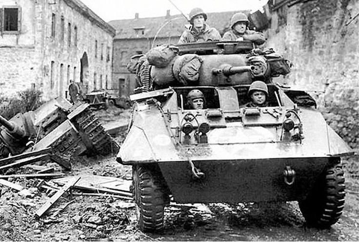 M8 Greyhound de la 30e Division d'infanterie se déplace de Kinzweiler (Allemagne), 21 novembre 1944 M8 Greyhound from 30th Infantry Division moves out from from Kinzweiler, Germany, November 21, 1944
