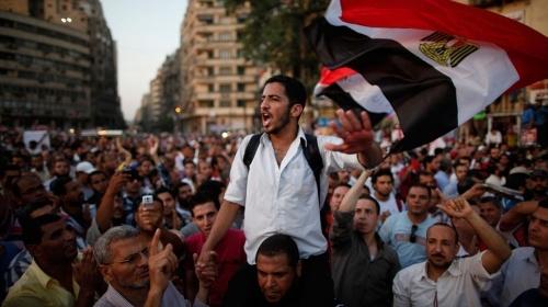 Egitto, a Tahrir folla per Mursi e contro i militari