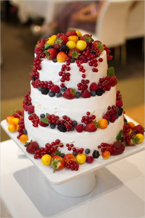 fruit wedding cake #fruistweddingcake #outdoorwedding #weddingchicks http://www.weddingchicks.com/2014/01/06/weekend-wedding/