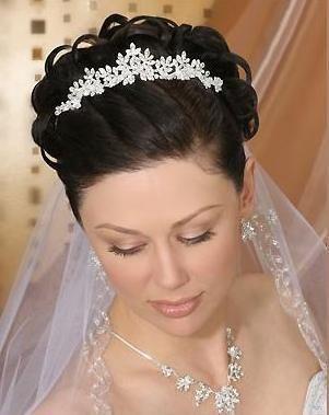 lindos peinados de novia con tiaras para primavera