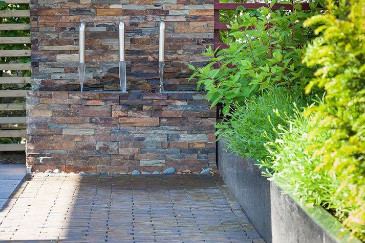 Water in de tuin is een mooie afleiding. De muurbekleding Mongolian Rusty Splitface Stonepanel geeft een duurzame, rustieke sfeer aan de tuin.