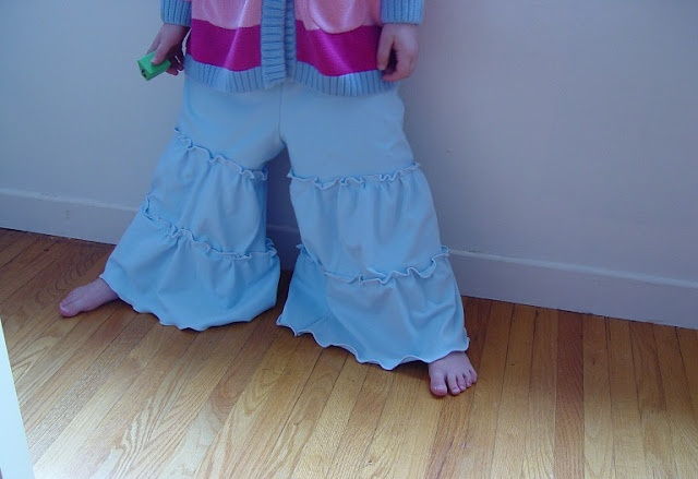 Love these knit ruffle pants - includes tutorial