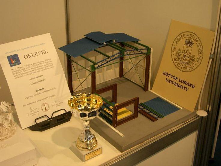 """2004. GÉNIUSZ-EURÓPA 2004 NEMZETKÖZI TALÁLMÁNYI, IPAR- ÉS KÉPZŐMŰVÉSZETI KIÁLLÍTÁS nemzetközi bíráló bizottság által a kiemelkedő feltalálói tevékenységek jutalmazására odaítélt díj """"Szent Jeromos kupa""""    Genius 2004 dij es modell   dr. Lukács Manuéla"""