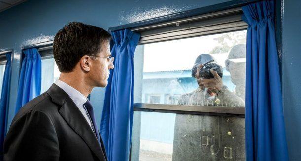 Minister-president Mark Rutte kijkt in de lens van een Noord-Koreaanse militair tijdens zijn bezoek aan de Conference Row in de JSA (Joint Security Area) o