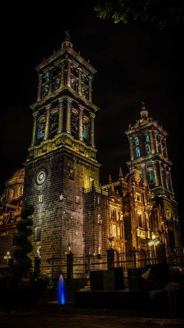 Espectacular la Catedral de #Puebla por la noche