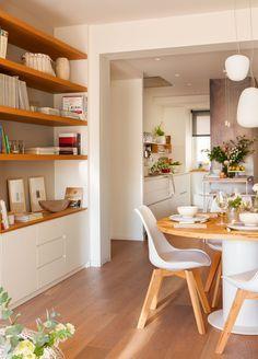 Salón con comedor Mueble a medida con zona de librería y mesa con sobre de roble reciclado de antiguas cubas de vino, diseño de Vivestudio.