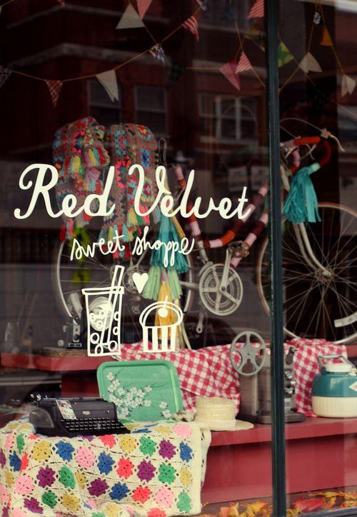 Mon petit salon de thé,restaurants, vente de jolis objets très classes et sacrément originaux, bijouterie, réparateur de vélos, magasin général blablabla...